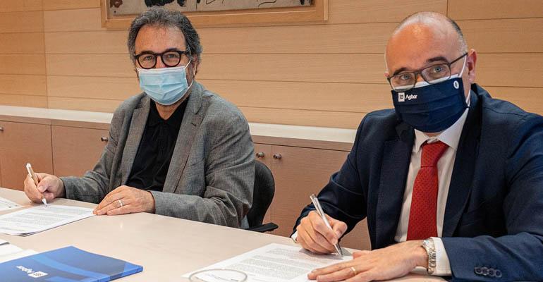 Antoni Plasència, director general d´ISGlobal, y Manuel Cermerón, director general de Agbar, durante la firma del convenio de colaboración.