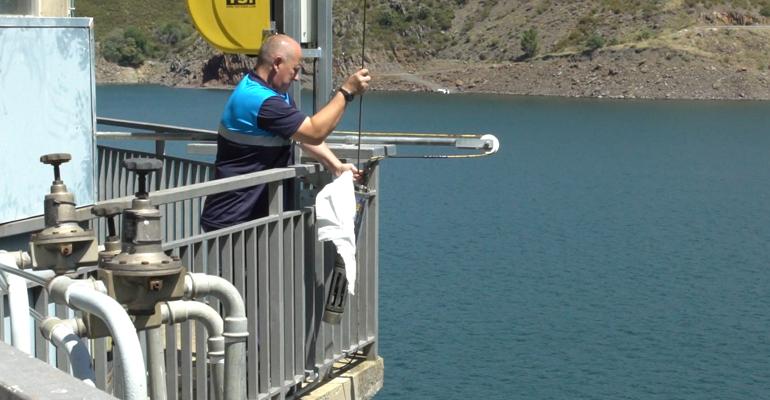 canal-isabel-dia-medio-ambiente-cuidar-agua-tomamuestras