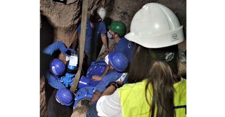 Operarios de la EMSHI en la toma de emergencia de Picanya para aumentar el suministro de agua potable
