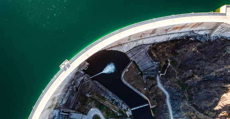 Vista aérea del embalse y presa de Atazar en Madrid